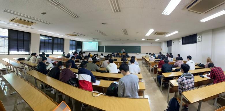 フレッシュマンセミナーで教職課程・学芸員課程の説明を実施